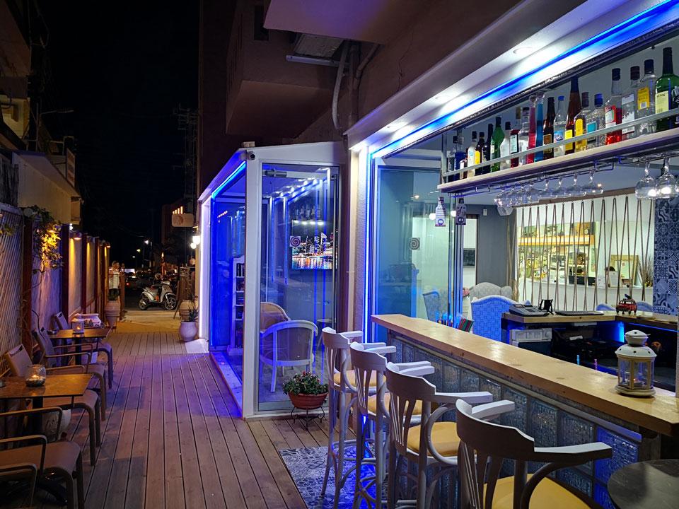 city and beach hotel Bar